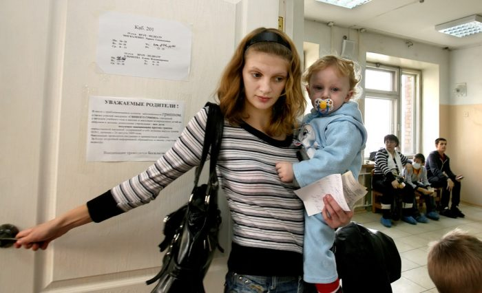 Мама с ребёнком в поликлинике