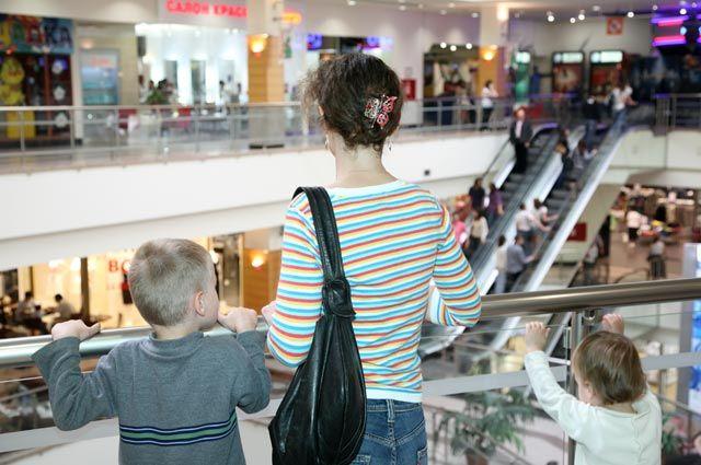 Мама с двумя детьми в торговом центре