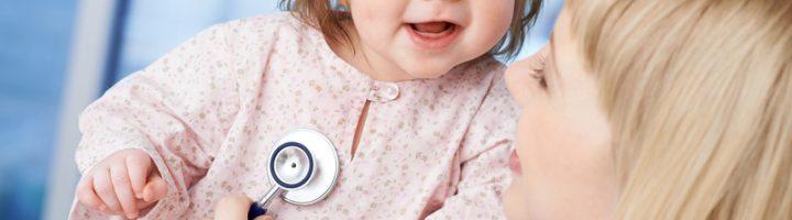 Доктор держит на руках девочку