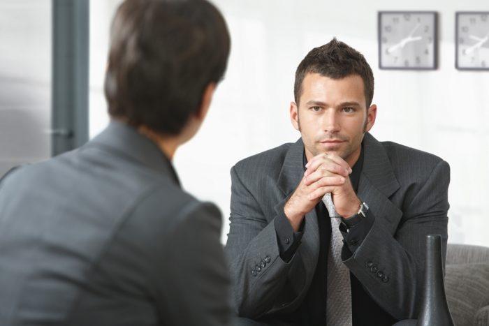 Двое мужчин сидят друг напротив друга