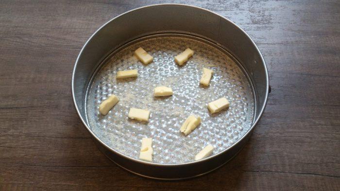 Форму для запекания смазываем маслом