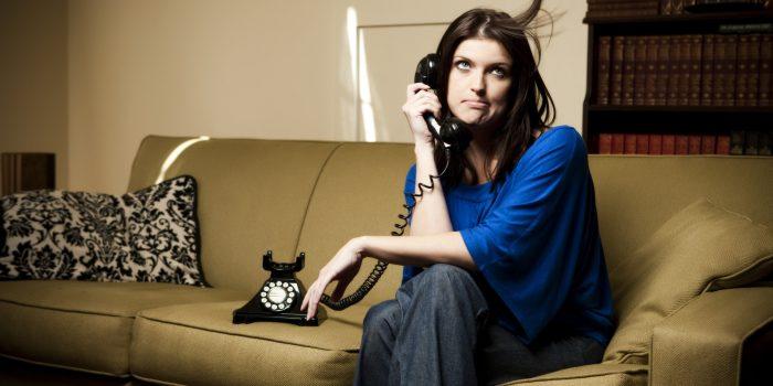 Девушка звонит
