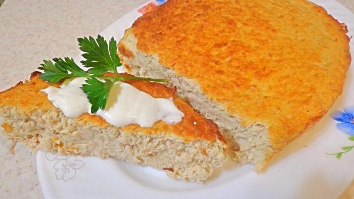 Суфле на тарелке со сметаной и зеленью