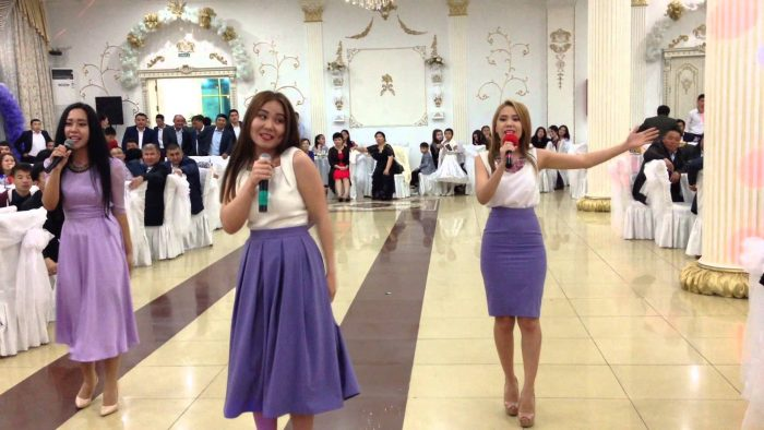 Три девушки поют на свадьбе в ресторане