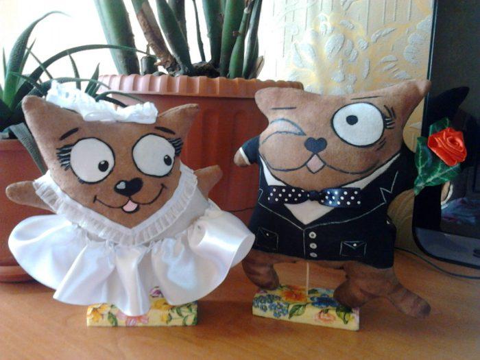 Декоративные мягкие коты в образах жениха и невесты