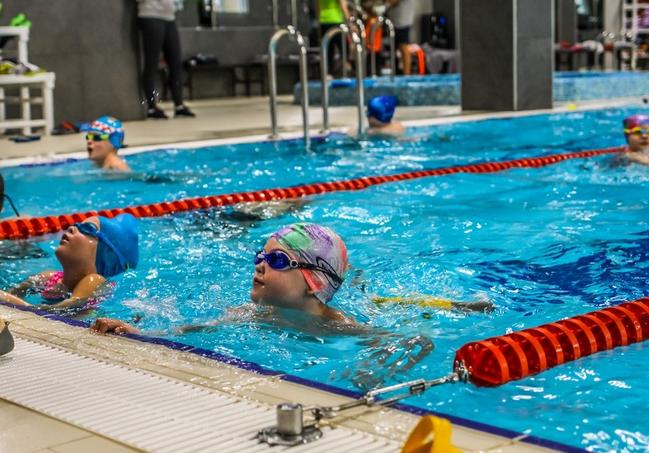 Тренировка детей в секции плавания