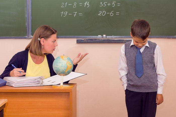 Учитель ругает ученика