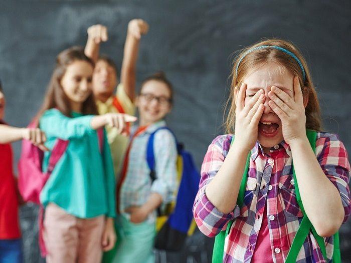 Над девочкой смеются одноклассники
