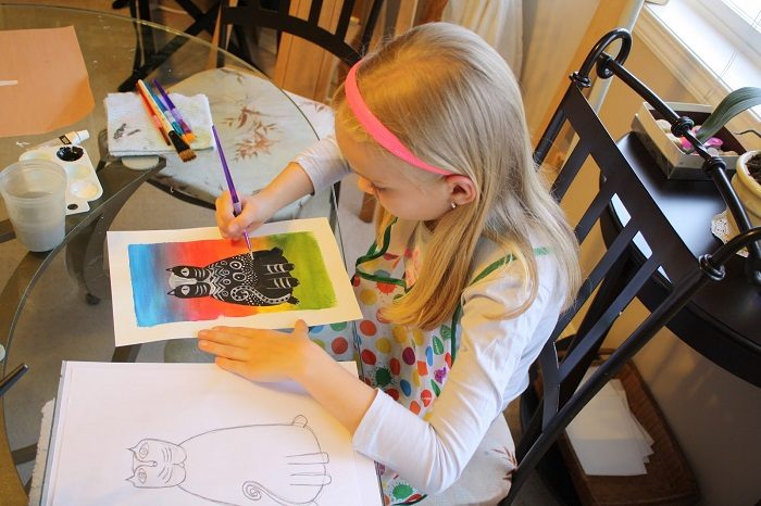 Девочка красиво рисует