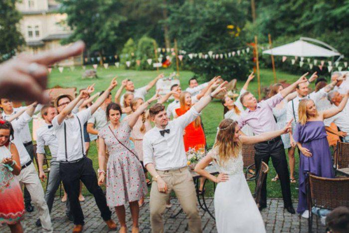 гости и невеста танцуют на улице