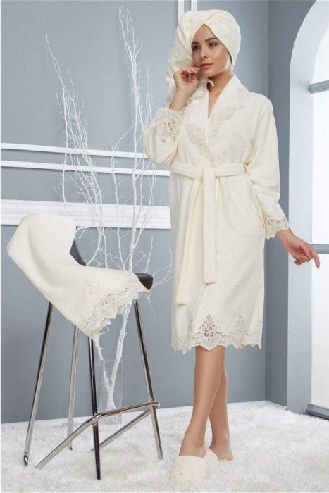 девушка в белом халате и тапочках