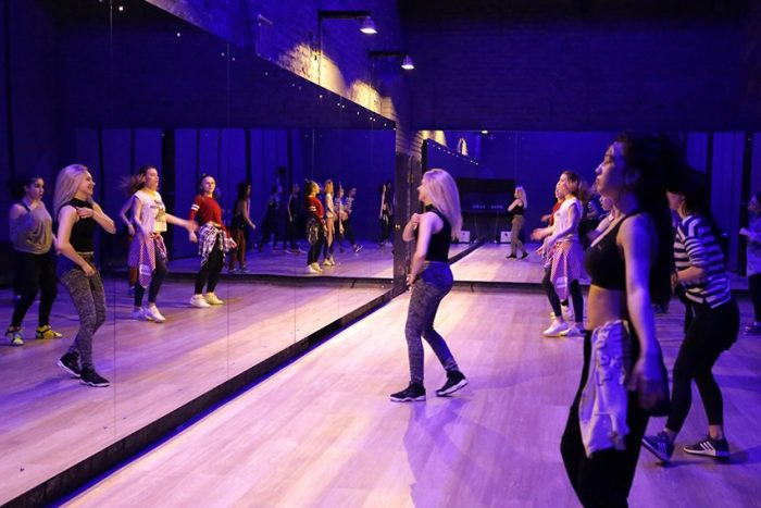 девушки танцуют перед зеркалом