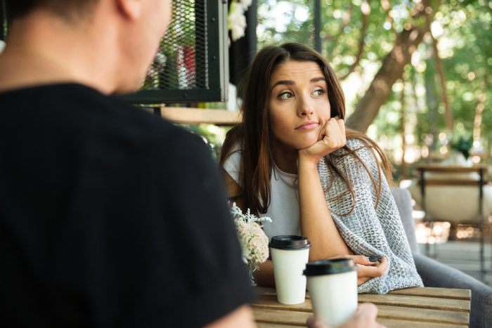 Девушка и парень за столиком в кафе