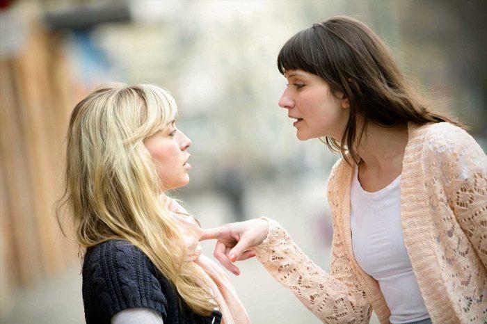 Две женщины ссорятся