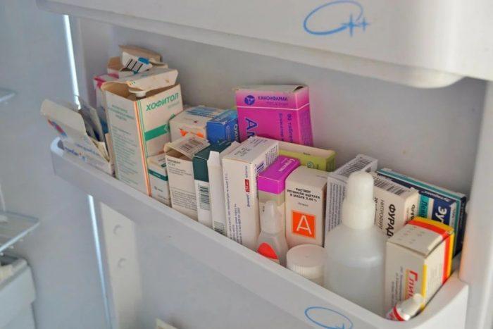 Лекарства в дверце холодильника