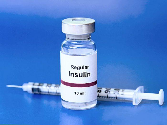 Флакон с инсулином и шприц