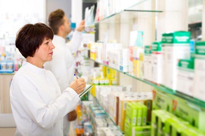 Сотрудники аптеки за работой