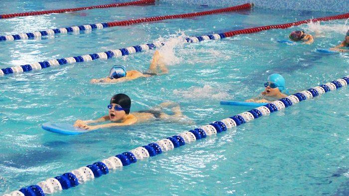 Дети плывут в бассейне