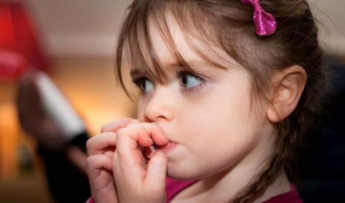 Девочка грызёт ногти