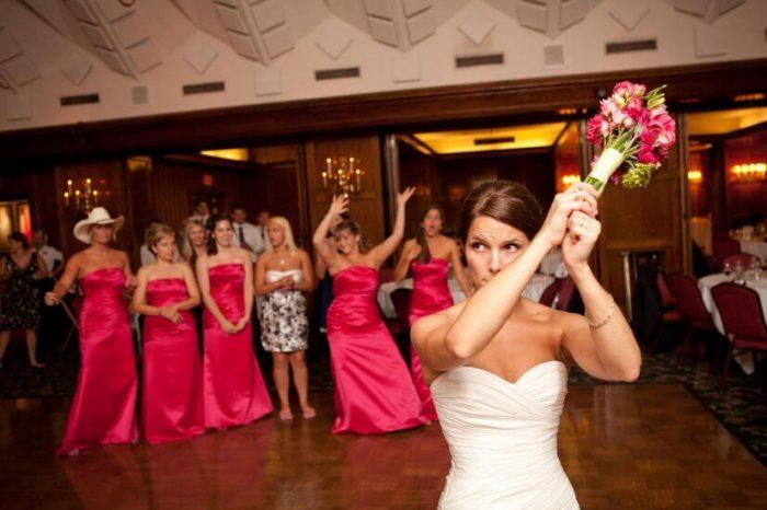 Невеста, бросающая букет