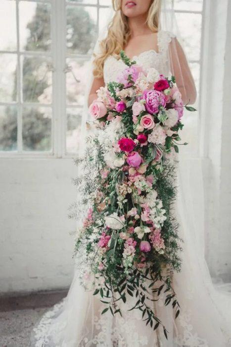 Невеста с каскадным букетом
