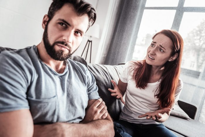 Жена пытается поговорить с мужем