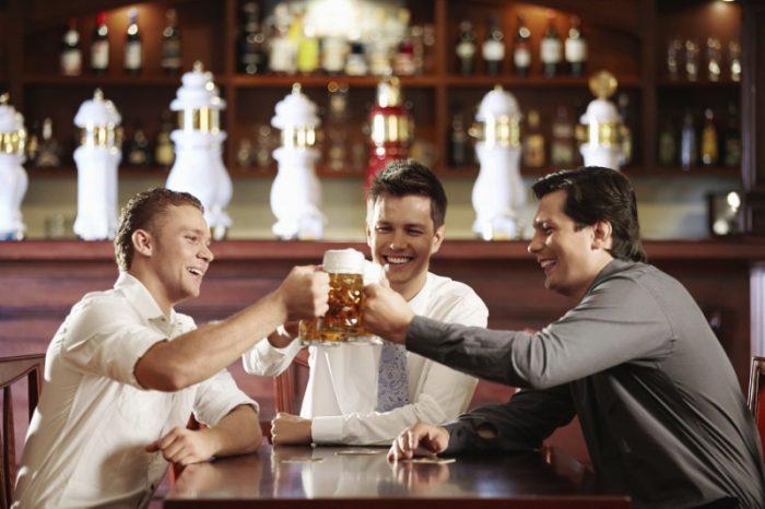 Компания мужчин в баре