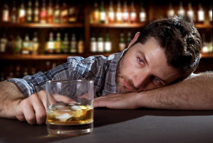 Пьяный мужчина в баре