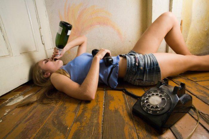 Женщина с бутылкой и телефоном