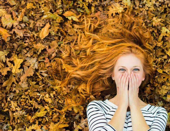 девушка-блондинка на осенних листьях