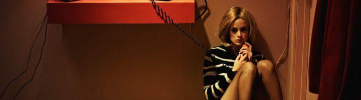 девушка сидит с телефонной трубкой в руке