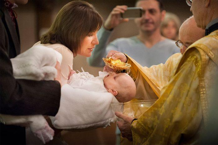 Крещение малыша католическим священником