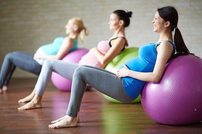 Беременные занимаются фитнесом (упражнения с фитболом)