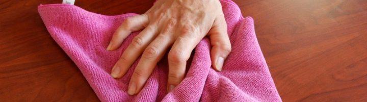 Женщина вытирает пол полотенцем