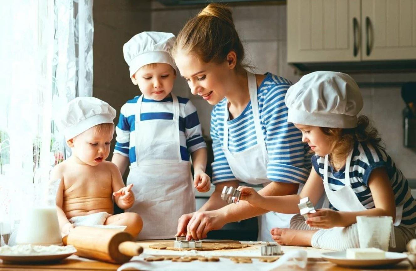 На кухне с малышом: 7 блюд, которые можно готовить вместе с ребенком,