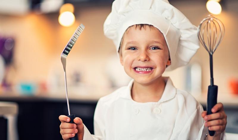 6 кулинарных навыков, которым лучше научить ребенка как можно раньше