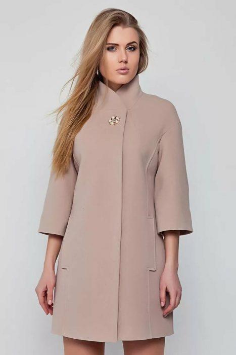 Демисезонное пальто кремового цвета