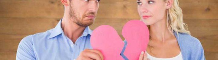 Мужчина и женщина соединяют половинки сердца