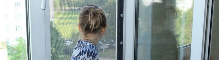 Ребенок в детском саду выглядывает в окно