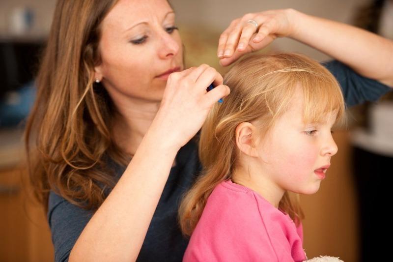 5 самых нелепых ошибок родителей, когда они находят у своего ребенка вшей