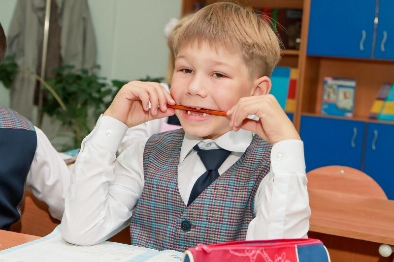 4 детских привычки, которые портят зубы на всю жизнь