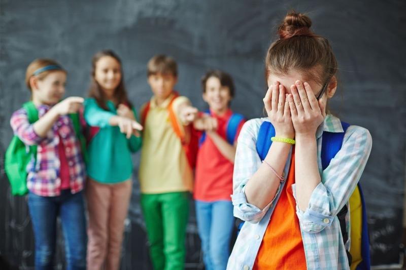 5 способов помочь ребенку, которого дразнят сверстники в школе
