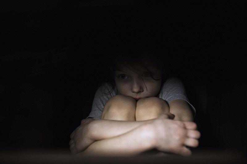 Закрывать в темной комнате