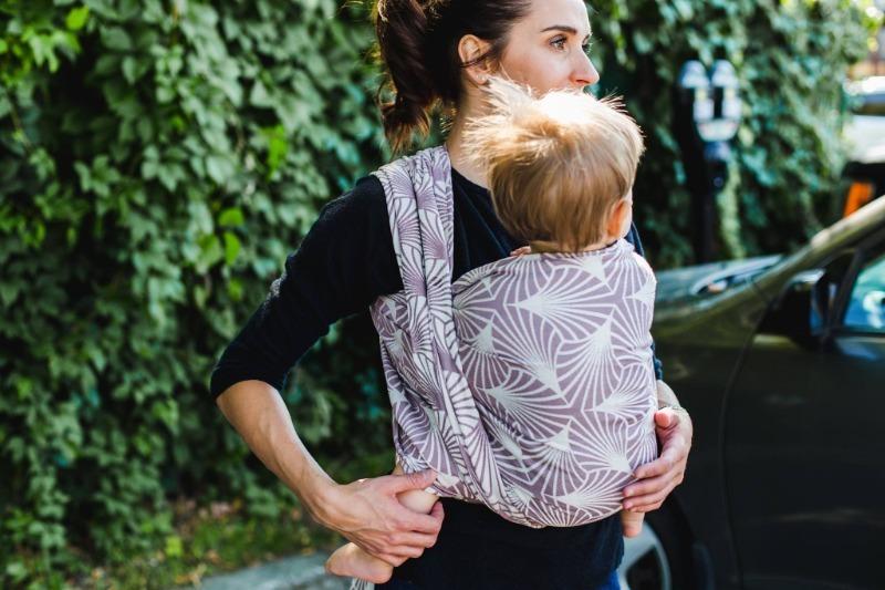 6 причин, почему маленького ребенка полезно носить на руках или в слинге