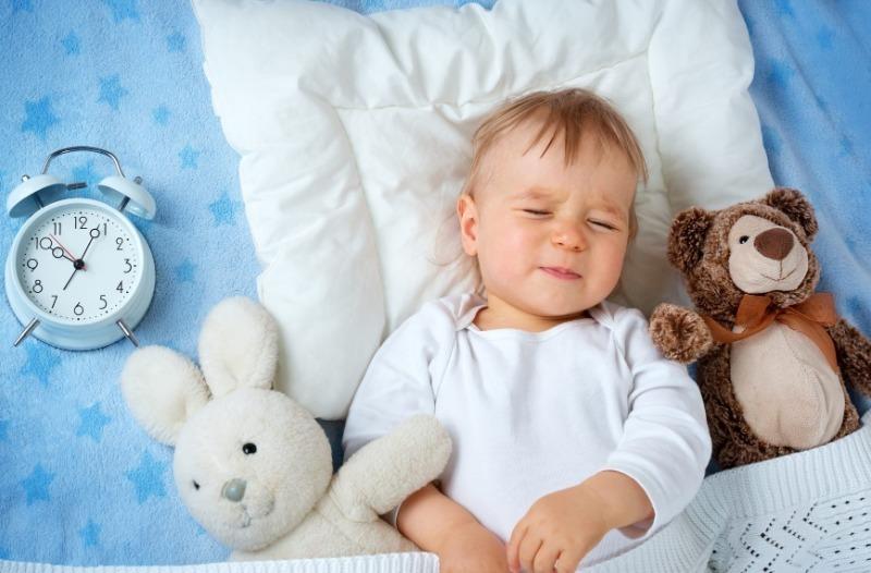 7 популярных способов уложить ребенка спать, которые на самом деле плохо работают