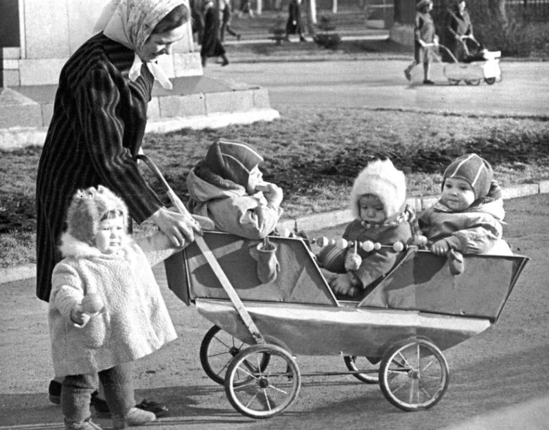 Коляска из лозы и марлевые подгузники: как растили детей в советское время