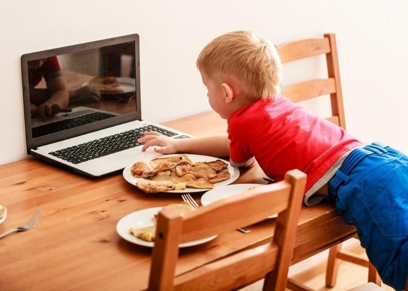 Комаровский против: 5 причин перестать кормить ребенка под телевизор