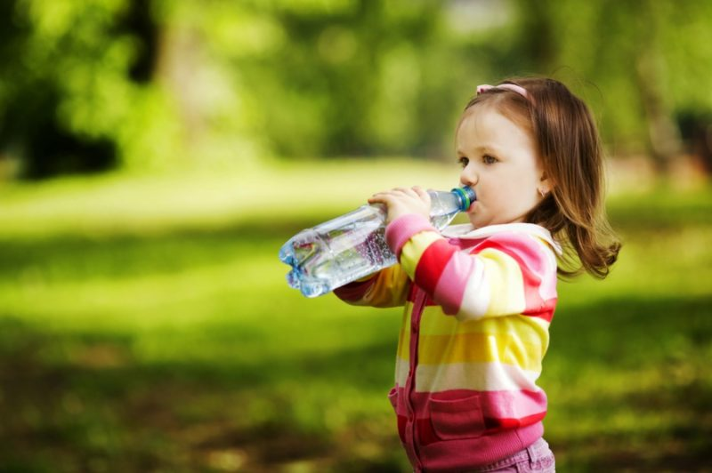 Чем и сколько нужно поить ребенка в жару, чтобы не пришлось обращаться к врачу