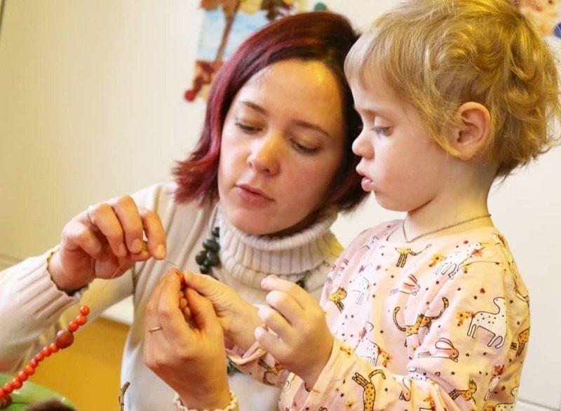 От бус из рябины до фотосессии: 11 осенних дел для мамы с ребенком
