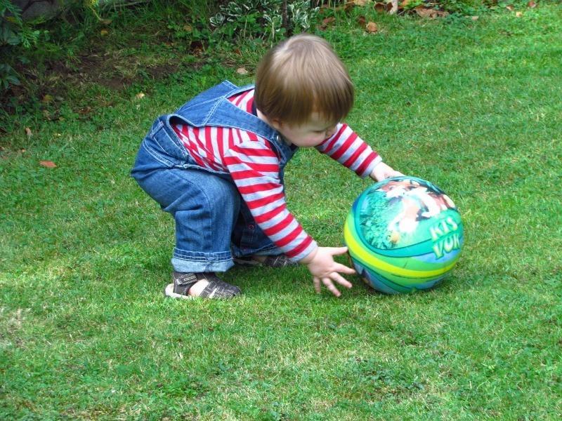 7 отличных игр с мячом, которые надолго займут скучающего ребенка